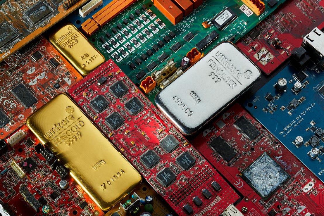 Composizione di una barra d'oro, di una barra d'argento e di un avanzo elettronico, © Umicore, 2017