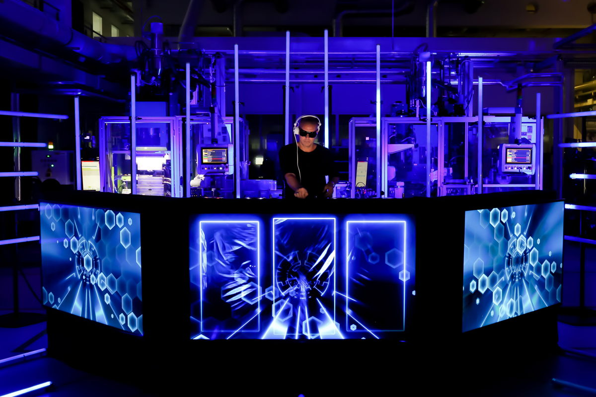 MOGUAI performing from the Sennheiser factory floor  (Photo credit: Thomas Holz)