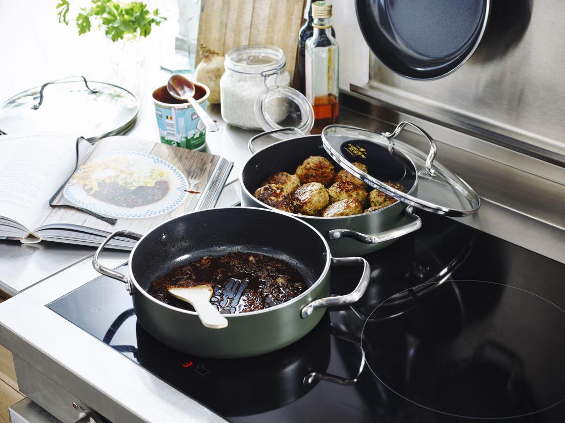 Stoofpan 24cm: Een kool, een peer of een compleet potje stoven? Deze keramische compagnon maakt er een koud kunstje van. Adviesprijs €54,99.