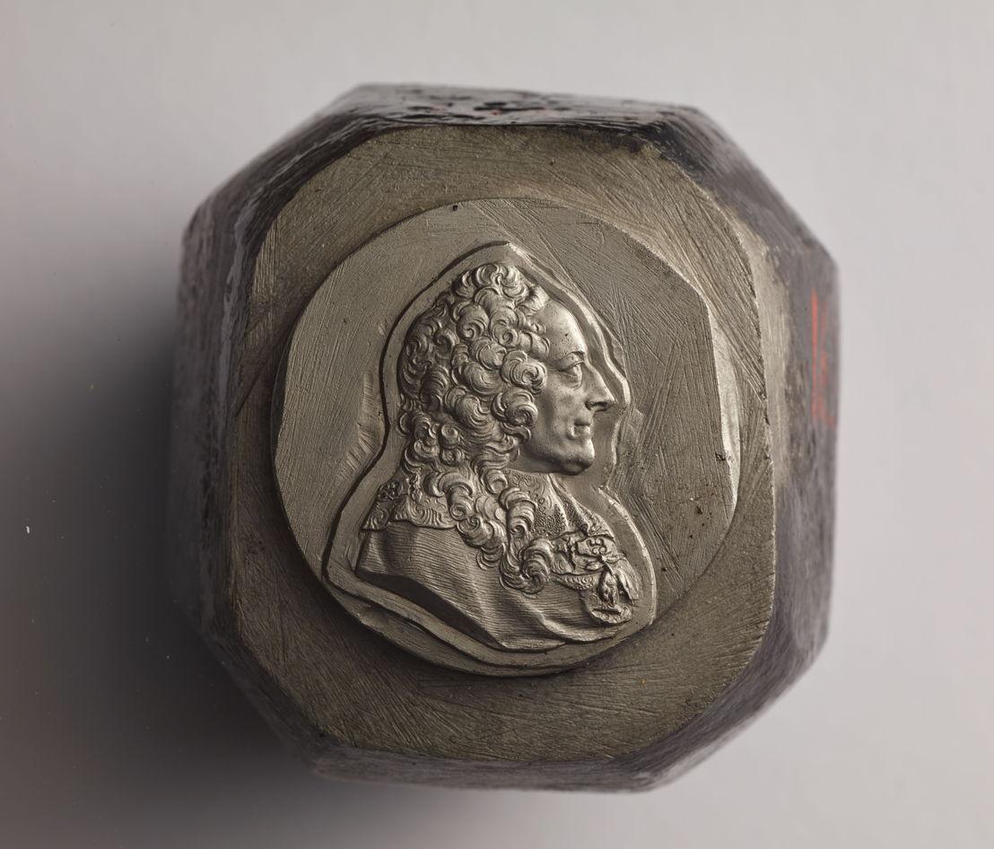 Theodoor van Berckel, ponsoenstempel uit 1776 met het borstbeeld van graaf Gundakar-Thomas van Starhemberg. Vervaardigd als test om de functie  van hoofdgraveur bij het muntatelier in de Oostenrijkse periode te verkrijgen. Op de zijkant staan het Bourgondische vuurijzer, een bloem en het cijfer 2, verwijzend naar kandidaat nummer 2 voor de post van graveur bij de Munt.