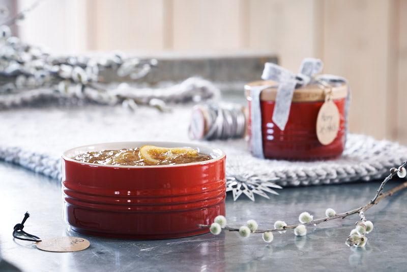 Met de hand gemaakt met liefde: cupcakes en oranje marmelade gepresenteerd in Kersenrode voorraadpotten - een echt persoonlijk geschenk!