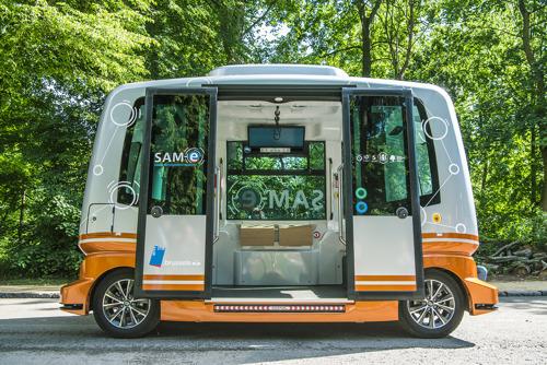 Reizigers kunnen aan boord van zelfrijdende pendelbus van de MIVB