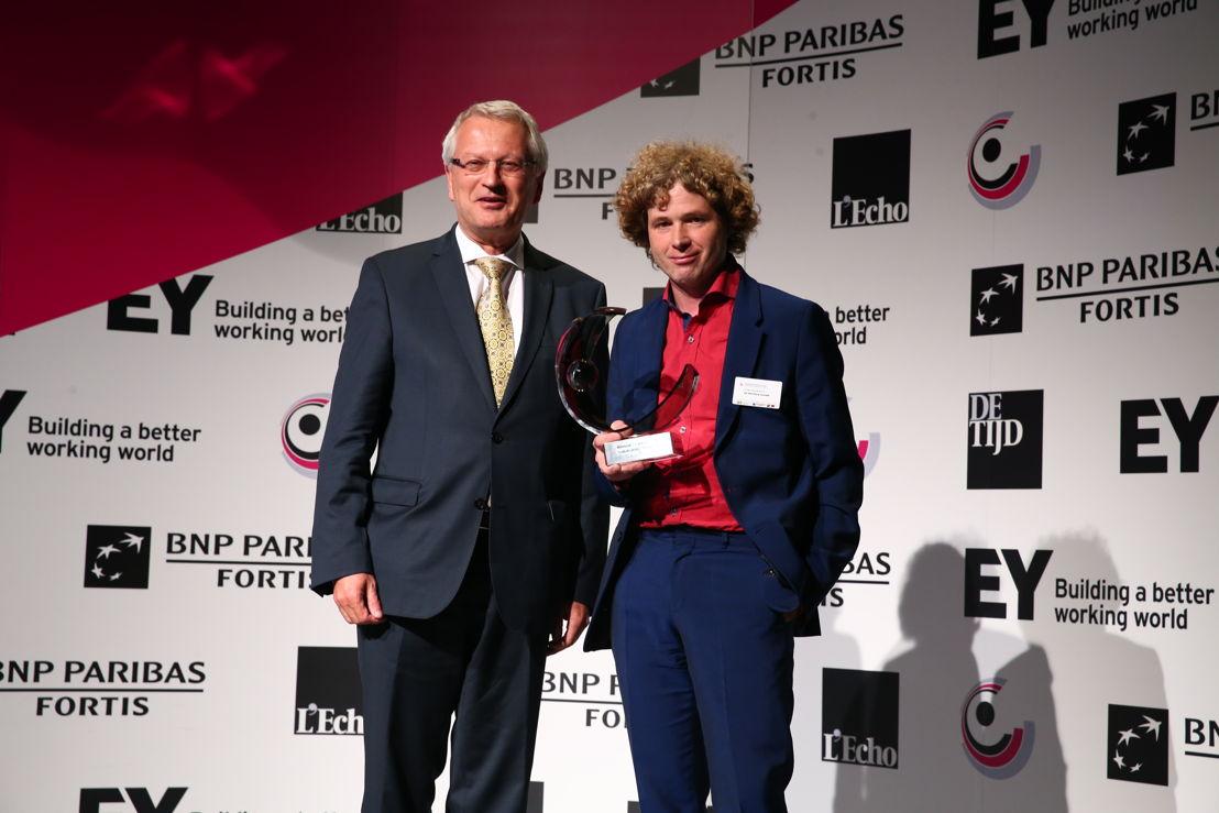 Johan De Muynck, Algemeen Directeur Zorgbedrijf Antwerpen, ontvangt de award 'Lokale Overheidsorganisatie van het Jaar' 2016 van Yvan De Cock, Head of Corporate & Public Banking bij BNP Paribas Fortis. ©EA/A2pix_F.Blaise