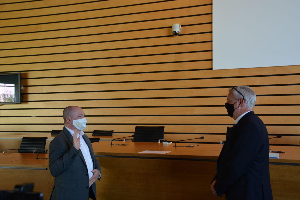 Steve Claeys legt de eed af als nieuwe burgemeester in handen van provinciegouverneur Jan Spooren