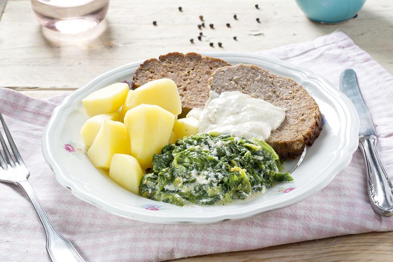 Gehaktbrood met andijvie in witte saus en aardappelen