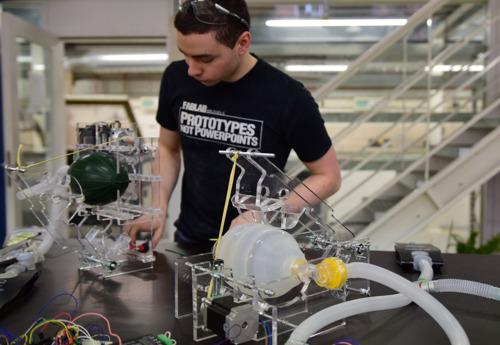 Eerste VUB FabLab beademingstoestellen geproduceerd door Audi Brussels, project ism Flanders Make