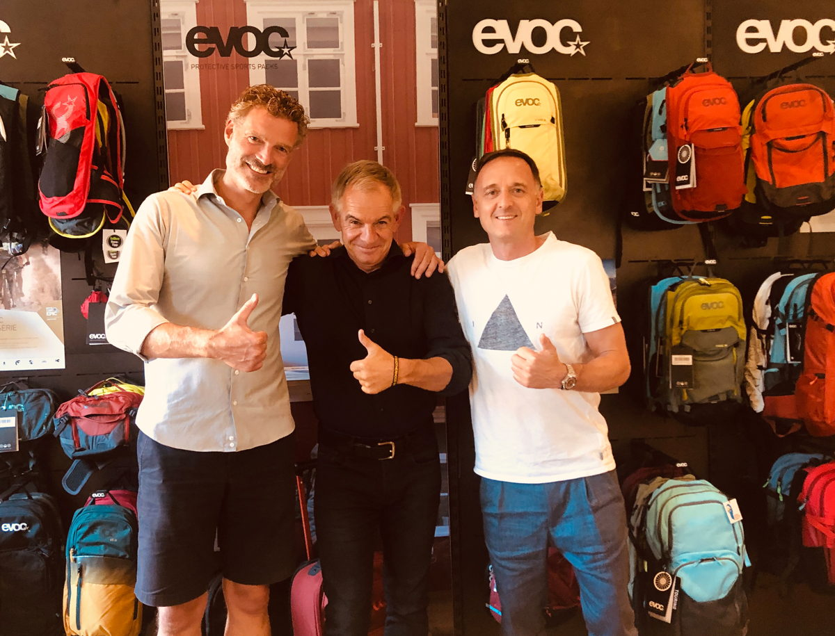 EVOC's Bernd Stucke (l.) and Holger Feist (r.) with Tranzbag founder Bendicht Luginbühl (m.)