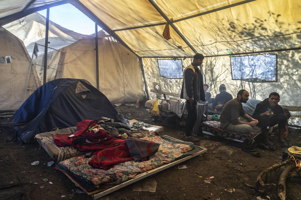 Entre 800 y 1.000 personas viven en condiciones deplorables en el campo de Vucjak. © Anna Pantelia/MSF