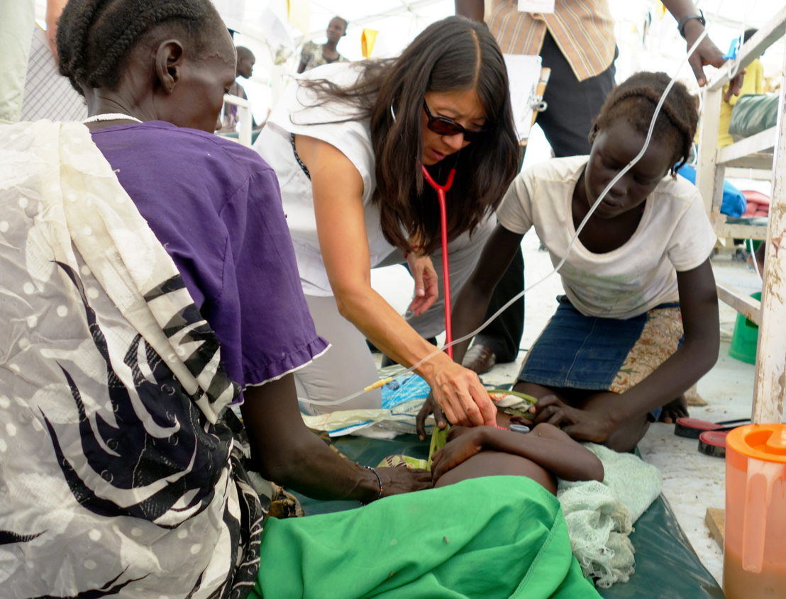Dr. Joanne Liu onderzoekt een zevenjarig kind in het ziekenhuis van AZG in een kamp in Bentiu, Zuid-Sudan Copy: Jacob Kuehn