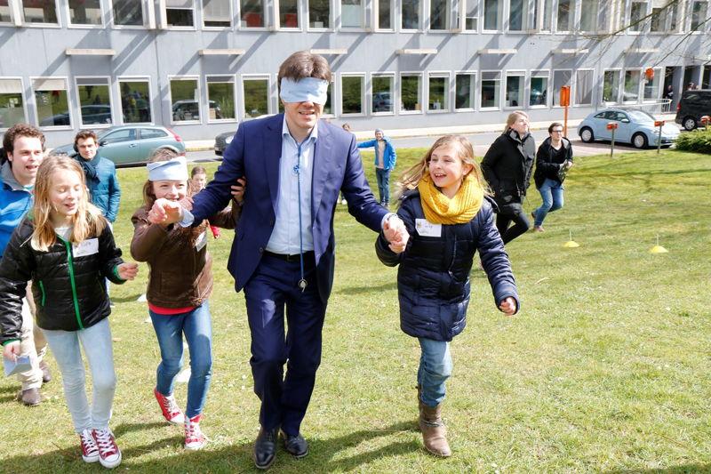 Minister Sven Gatz op de Buitenspeeldag van Ketnet - (c) VRT