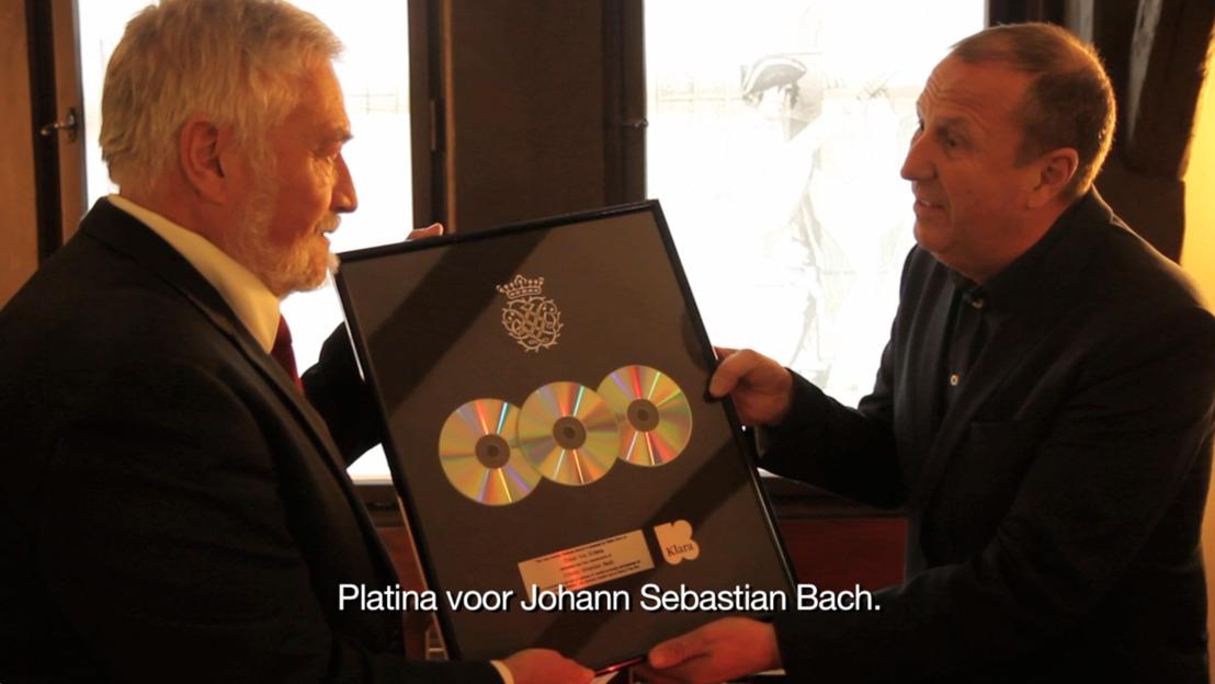 Klara délivre un disque de platine à Johann Sebastian Bach