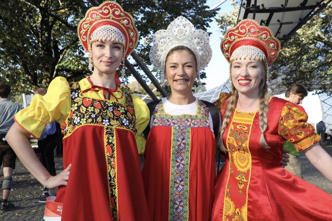 Wie jedes Jahr waren wieder Folklore-Kleider aus aller Welt zu bestaunen