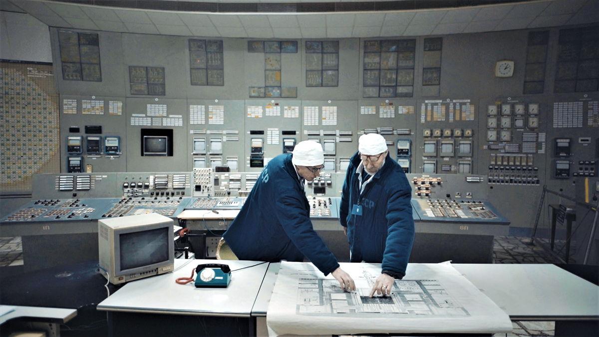 Jan Balliauw en operator Oleksej Breoes in de controlekamer van Tsjernobyl 3, een kopie van de controlekamer van de vernielde reactor 4.