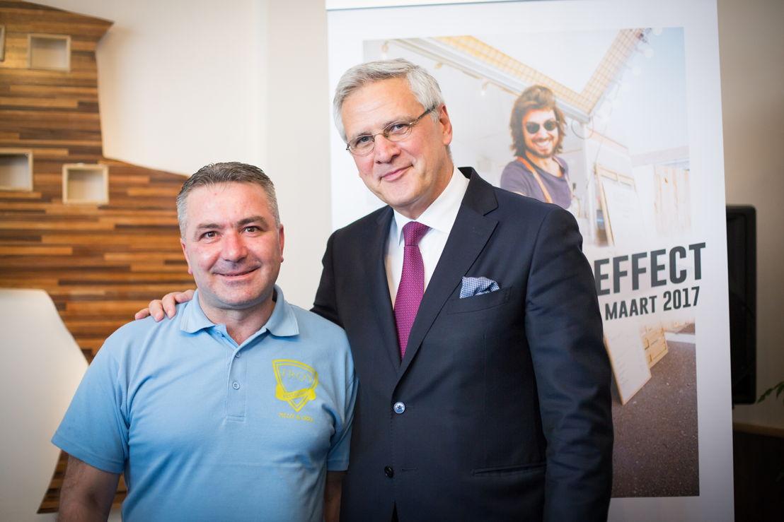Adem Syuleyman (klant microStart) en Kris Peeters (Vice-eersteminister en Minister van Werk)