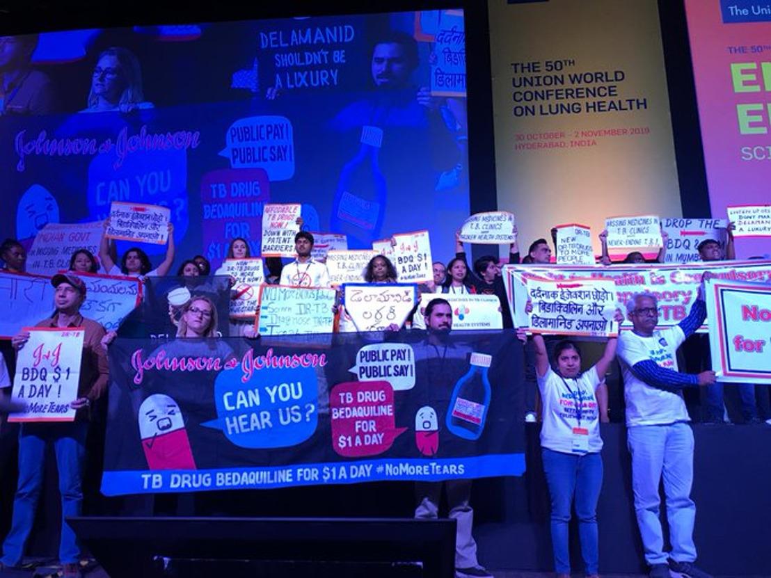Activistas interrumpen la apertura de la Conferencia Mundial de Salud Pulmonar para protestar contra las farmacéuticas que impiden que sus medicamentos salven vidas
