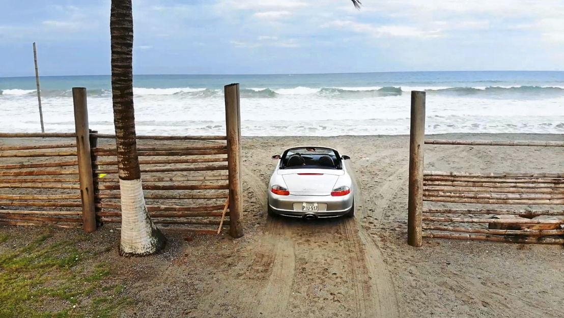 Porsche Boxster en la Costa Pacífica de Ecuador