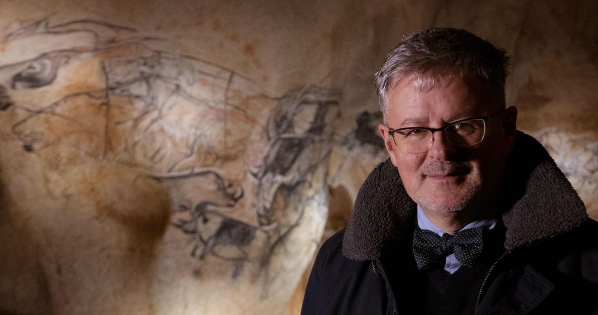 Christopher Clark in de Chauvet-grot (c) ZDF