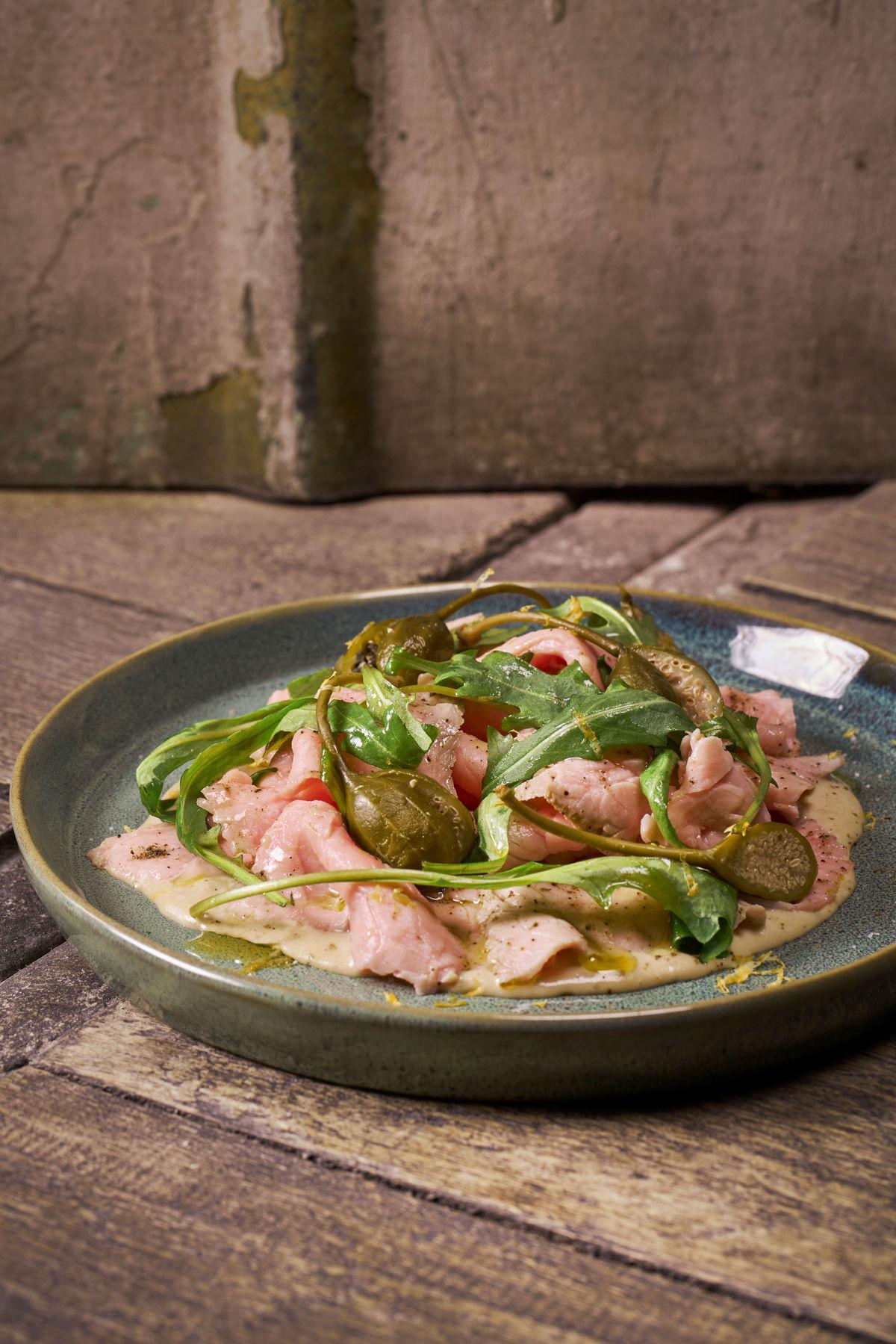 Jens lievelingsgerecht:Vitello TonnatoDe beste kwaliteit kalfsvlees in combinatie met écht goeie kappertjes en een smaakvolle basis, simpele maar écht goeie ingrediënten maken van deze klassieker een echte topper.