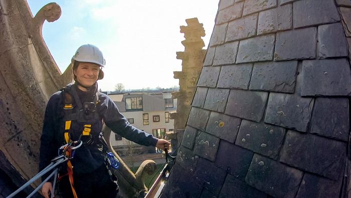 Dakwerker Justine haalt klimtouwen boven om kerktoren te herstellen in Lady Bouwers