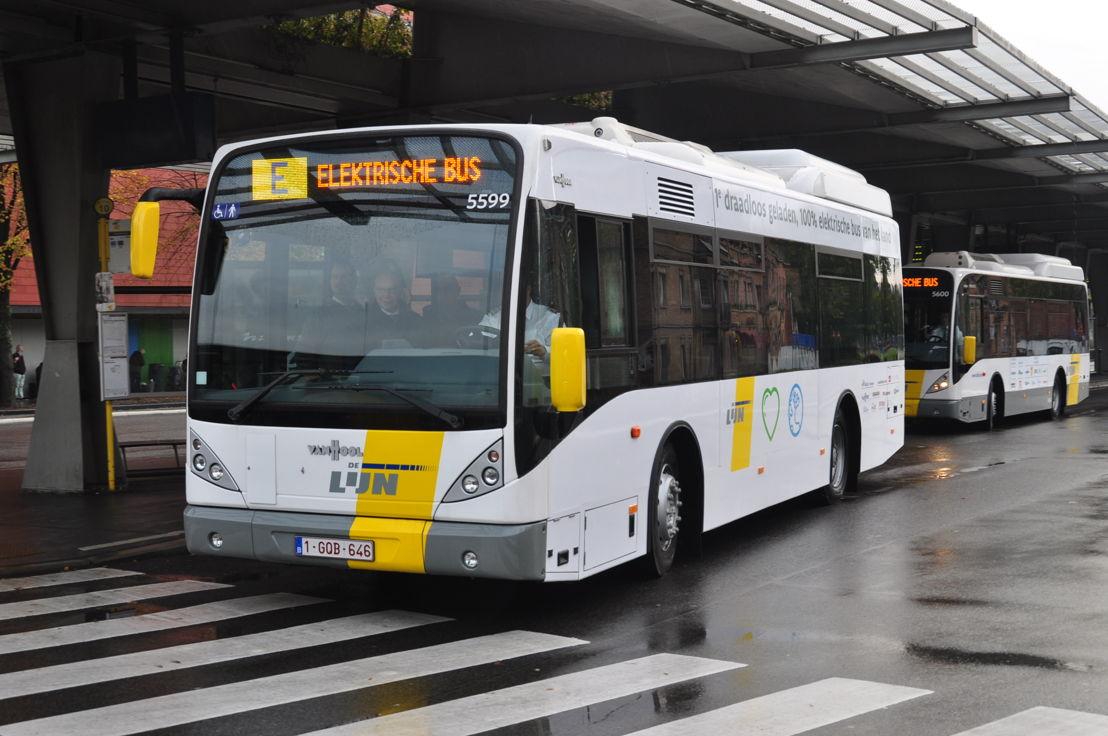 Een inductief geladen, volledig elektrische bus aan 't Zand in Brugge.