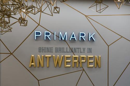 De nieuwe flagship store van Primark schittert als een diamant op de Meir, de bekendste winkelstraat in Antwerpen