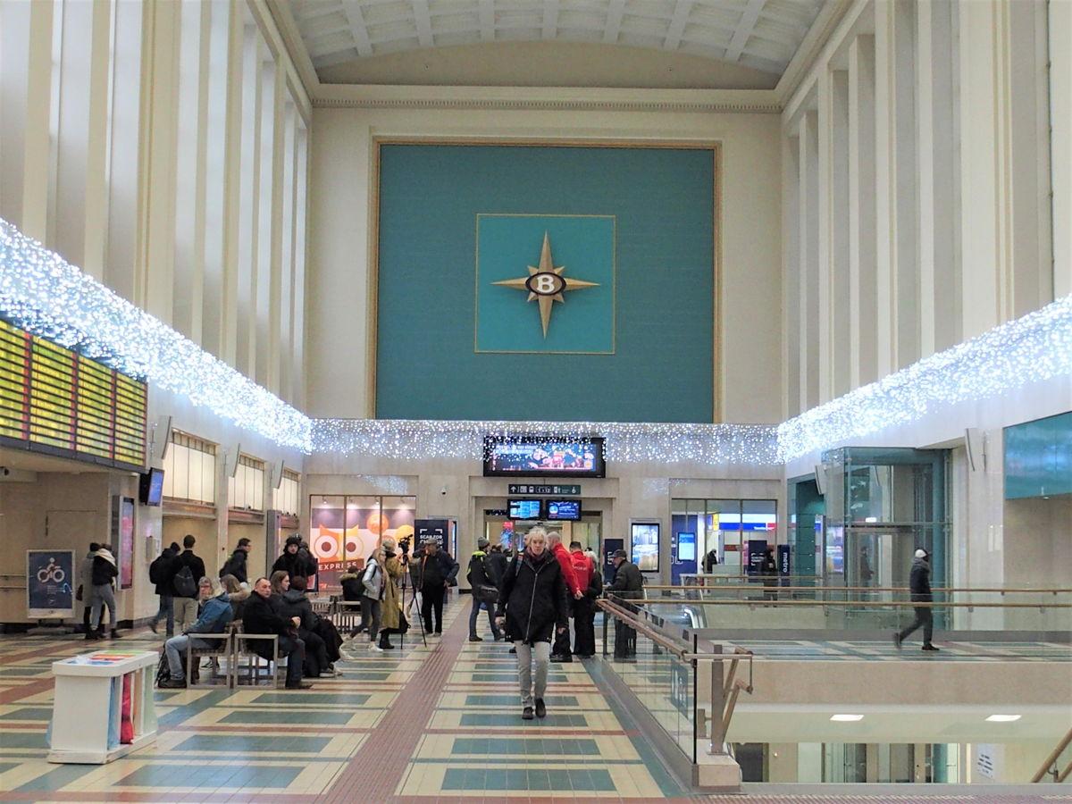 Le hall de gare entièrement rénové privilégie l'espace et la luminosité.