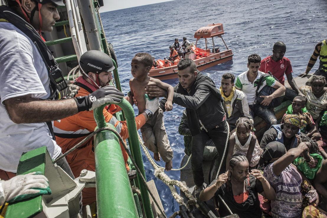 © Francesco Zizola/NOOR<br/>Provenant d'un bateau surchargé de 650 personnes, un enfant est hissé le 26 août à bord du Bourbon Argos, un bateau de sauvetage de MSF en Méditerrannée.