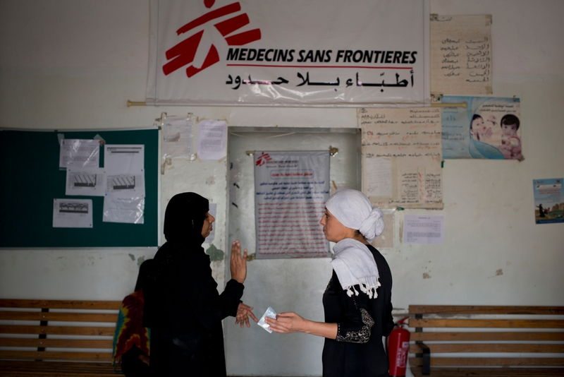 MSFmedicalDoctor,Nora<br/>Echaibi(right) and medical doctor Kalyanasundari<br/>Gomathinayagamspeaktogethernearthe<br/>entranceofAlSalamHospitalonJuly22,<br/>2015inQataba,Yemen.<br/>Credit: Alex Potter