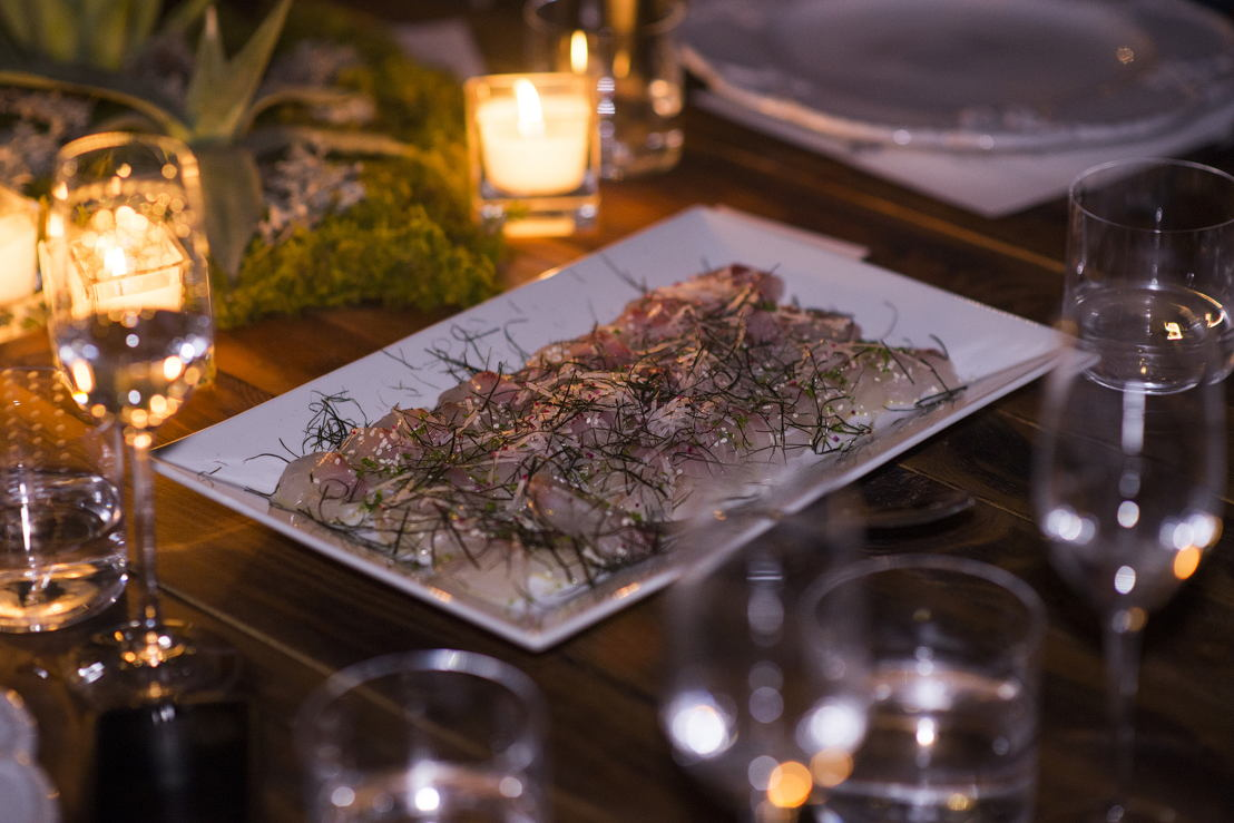 Robalo de Ensenada estilo sashimi con rábano y ajonjolí