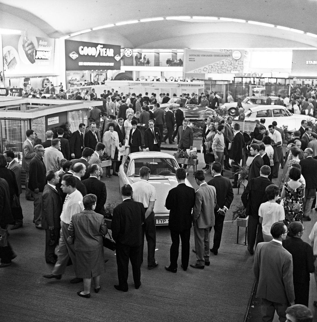 1963. El 12 de septiembre un concepto del nuevo Porsche 901 fue presentado por primera vez en el Salón Internacional del Automóvil de Fráncfort