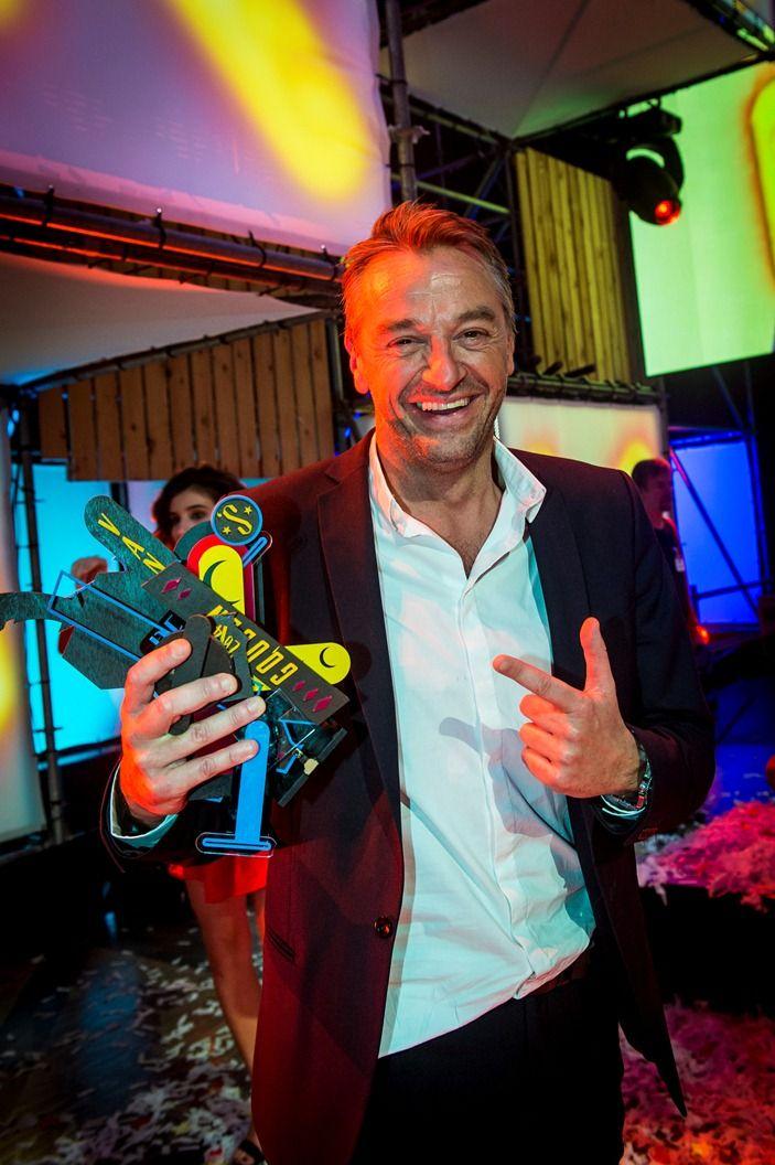 Gala van de Gouden K's 2014 - Tom Waes en zijn kapotte Gouden K voor Mannelijke TV-ster van het jaar: hij kan er toch nog mee lachen - (c) VRT-Frederik Beyens