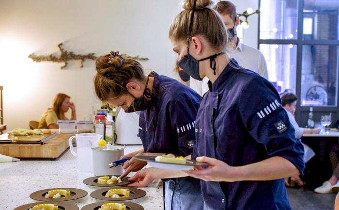 Piet Huysentruyt, Sofie Dumont, Loïc Van Impe en Anne-Sophie Breysem beslissen welk duo als eerste de deuren van zijn restaurant moet sluiten