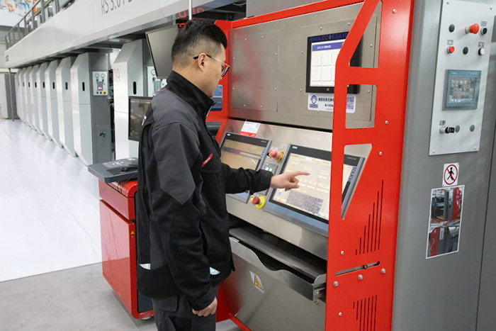 The BOBST RS 3.0 PLUS gravure press features advanced automation features, and easy to use Human Machine Interface (HMI) with display in Chinese language