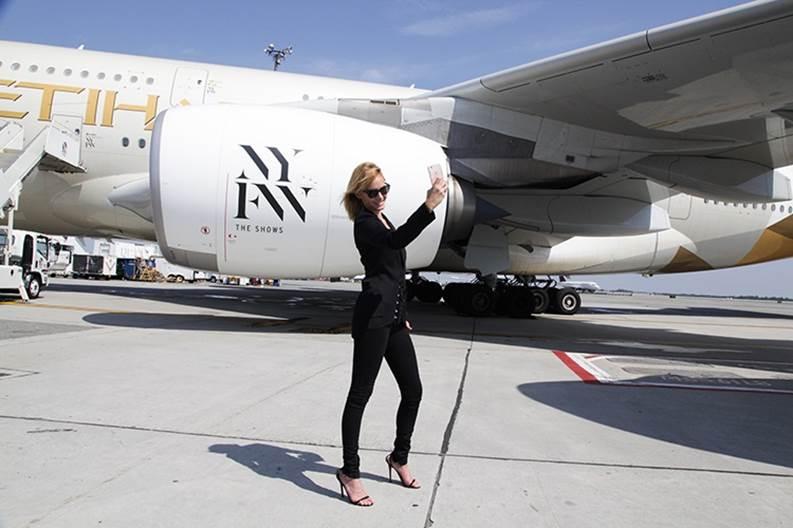 Amber Valetta neemt een selfie voor de A380 met speciale livery ter gelegenheid van NY Fashion Week