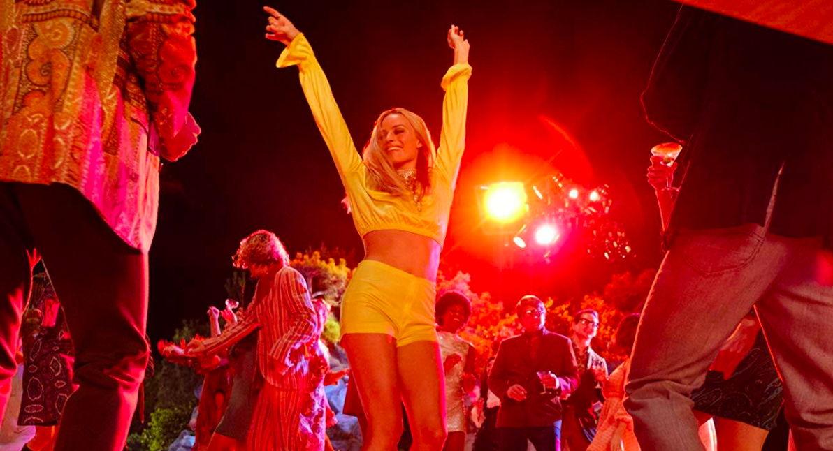 Sharon Tate (Margot Robbie) bailando en la Playboy Mansion | Crédito: Sony Pictures