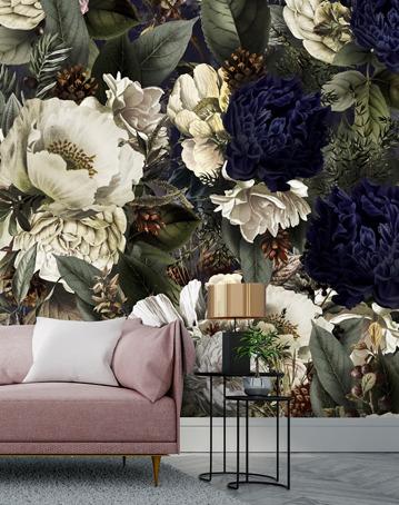 Blumenkünstler bringt blühende schöne Tapete zu Wallsauce