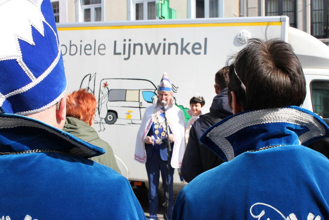 Prins en prinses carnaval stellen de nachtbussen voor