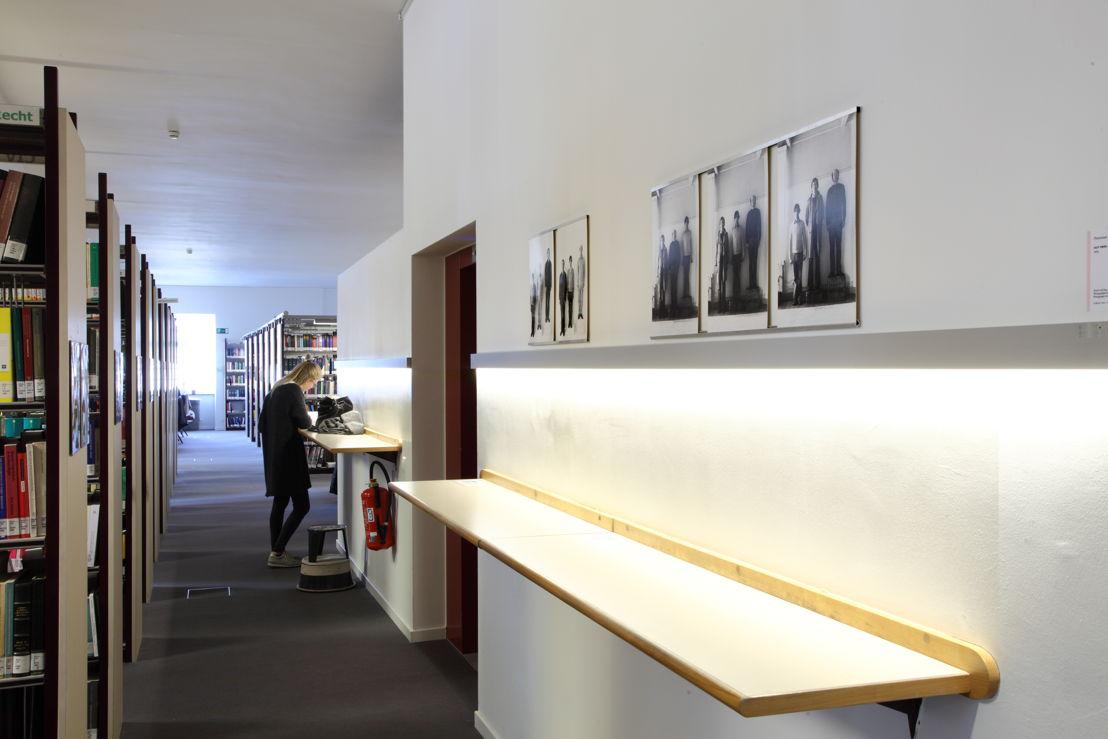 Installatiezicht &#039;Entre nous quelque chose se passe...&#039; in de Bibliotheek Faculteit Rechtsgeleerdheid KU Leuven. <br/>Kunstenaar en werk: Guy Mees, Portretten (1970)<br/>Foto © Dirk Pauwels
