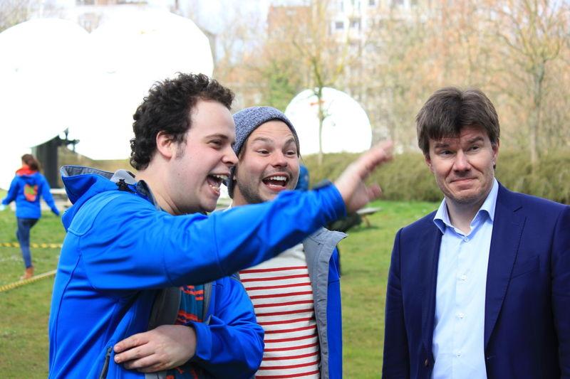 Minister Sven Gatz met de wrappers Sander en Leonard op de Buitenspeeldag van Ketnet - (c) VRT