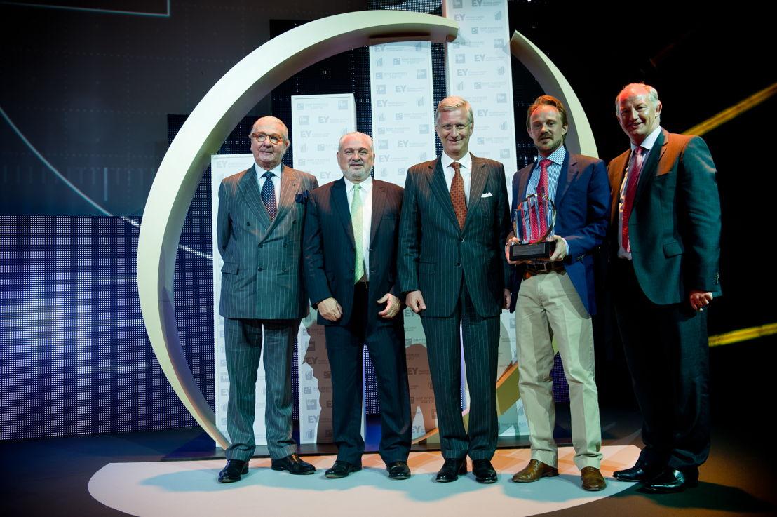 Fernand Huts (Katoen Natie) reçoit le trophée des mains de S.M. le Roi