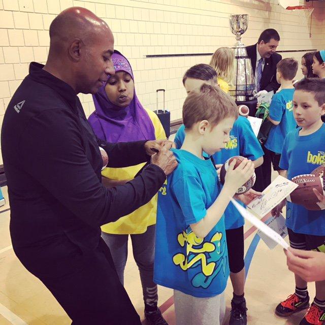 Le commissaire Jeffrey Orridge a signé des autographes pour les élèves de l'École Centennial Community School