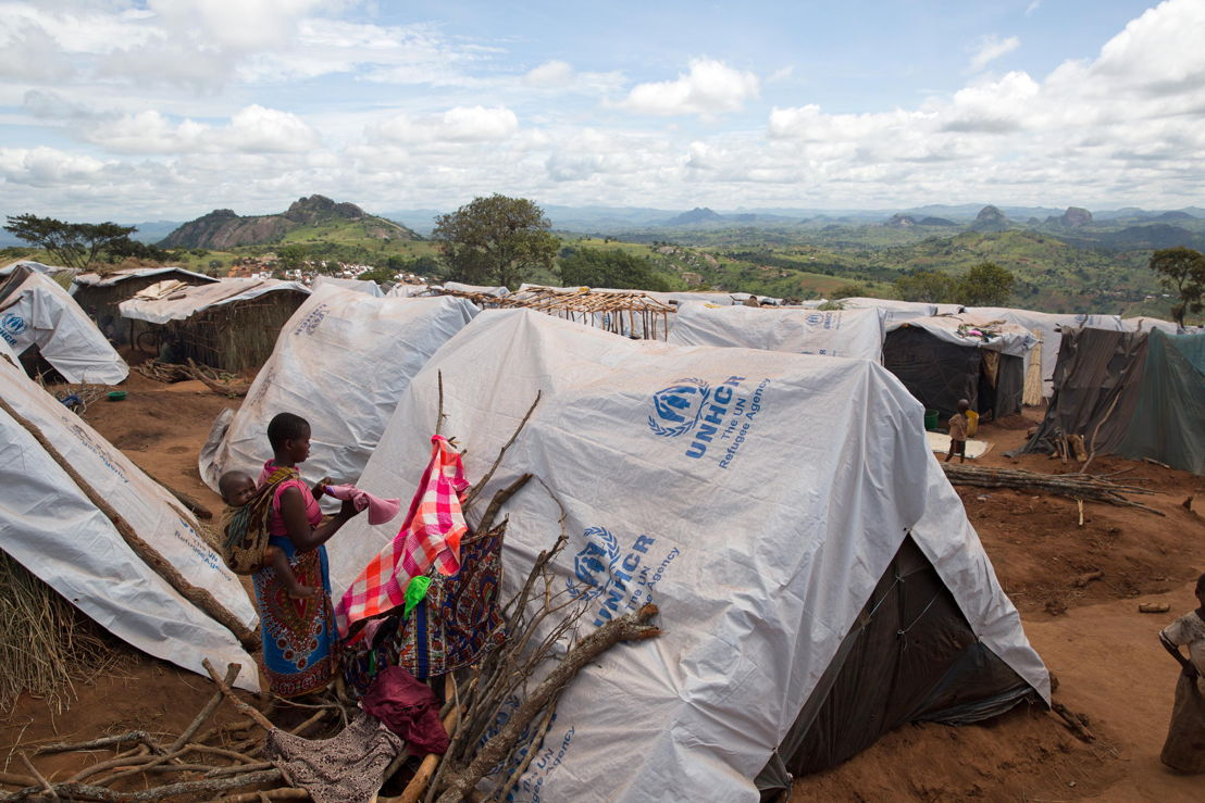 Over 5.800 Mozambican nationals have camped in the village of Kapise 2 in Malawi after fleeing their homes in Mozambique. The overcrowding and the nature of the makeshift constructions in the camp, made of foraged wood and grass, make it a fire hazard. © James Oatway / MSF