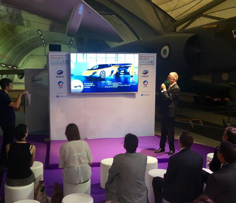 Juraj Vaculík prezentuje AeroMobil počas Paris Air Show
