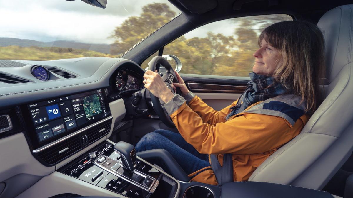 La profesora Lynne Pearce al volante de su Cayenne Turbo S E-Hybrid.