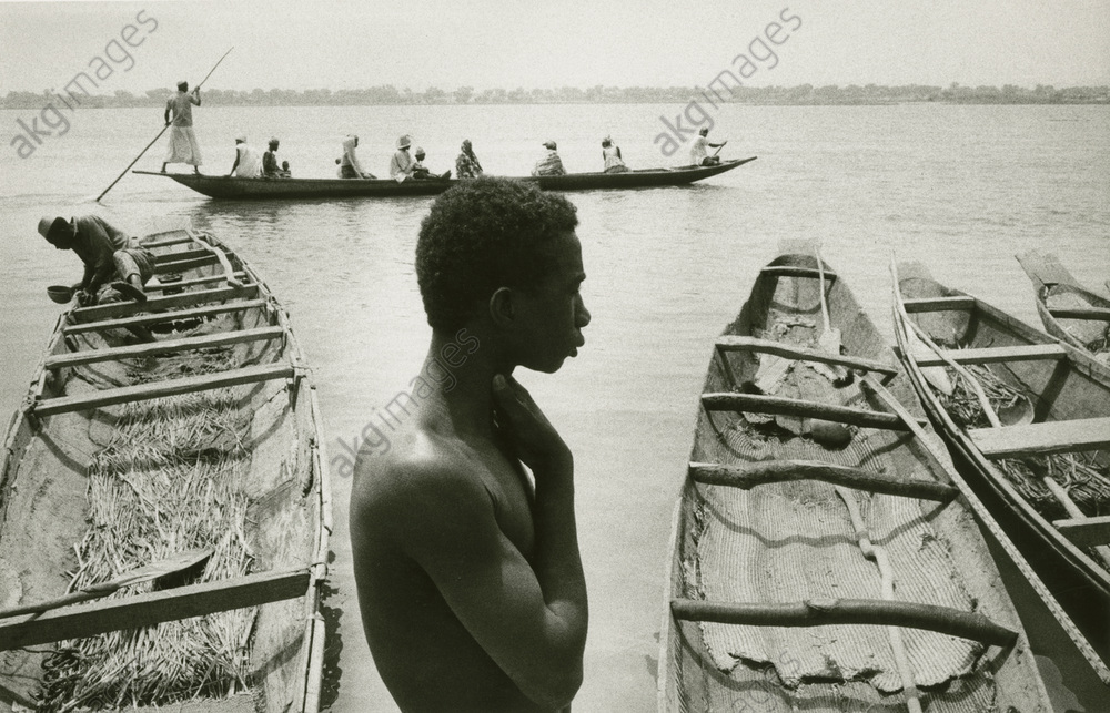 Dugout on the River Niger near Niamey in Niger (West Africa). Photo, 1964 (Marc Riboud)<br/>AKG37200