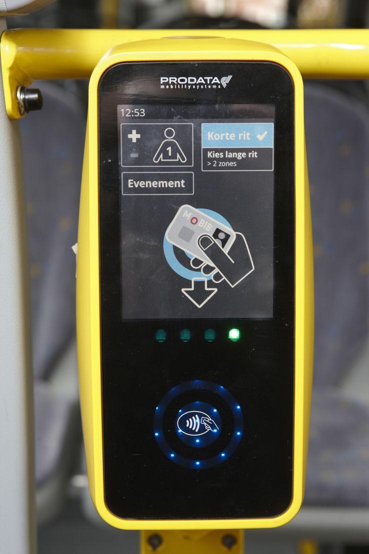 Het MOBIB-registratietoestel. De MOBIB-kaart moet onderaan op max. 5 cm van het toestel gehouden worden.