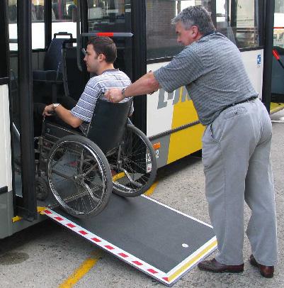Een bus met een uitklapbare oprijdplaat.