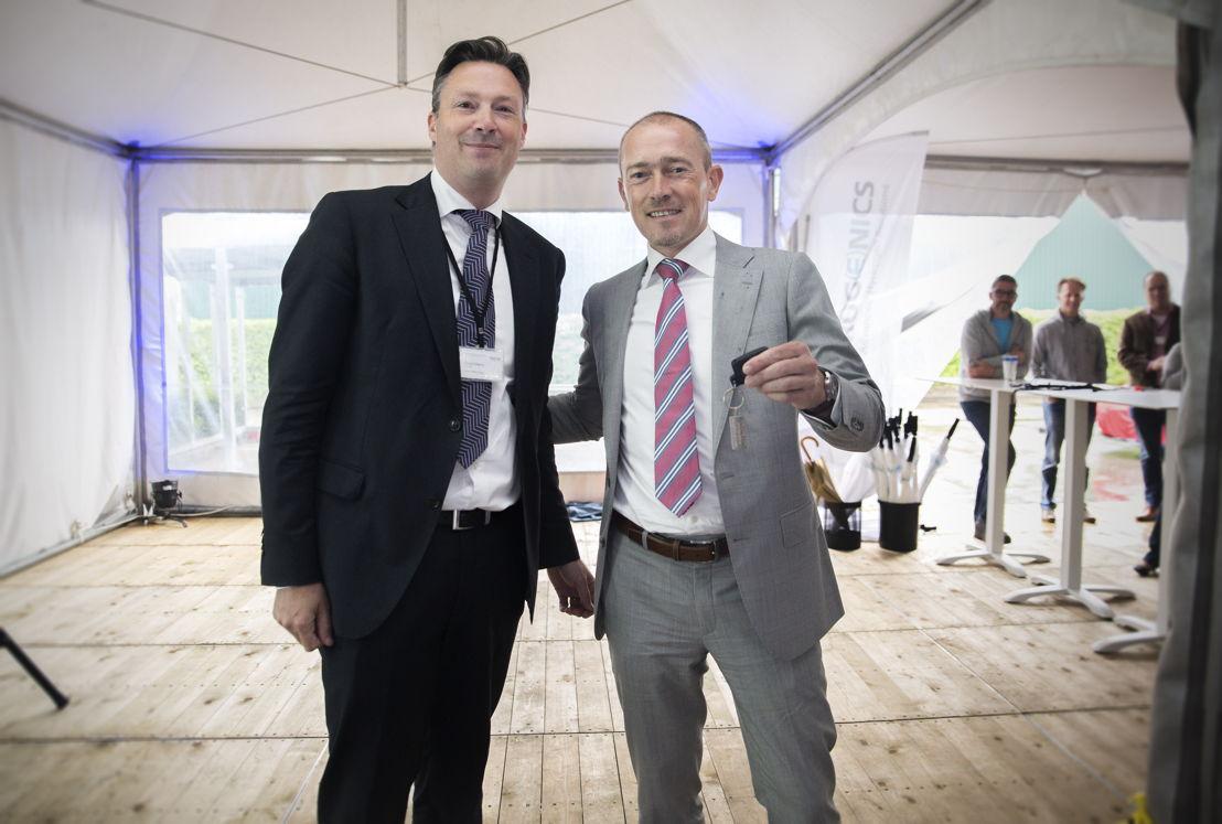 David Willems (à gauche), directeur marketing Toyota Belgique et Filip Smeets, Managing Director de Hydrogenics Belgium, en tenant la clé de la première Toyota Mirai vendue en Belgique