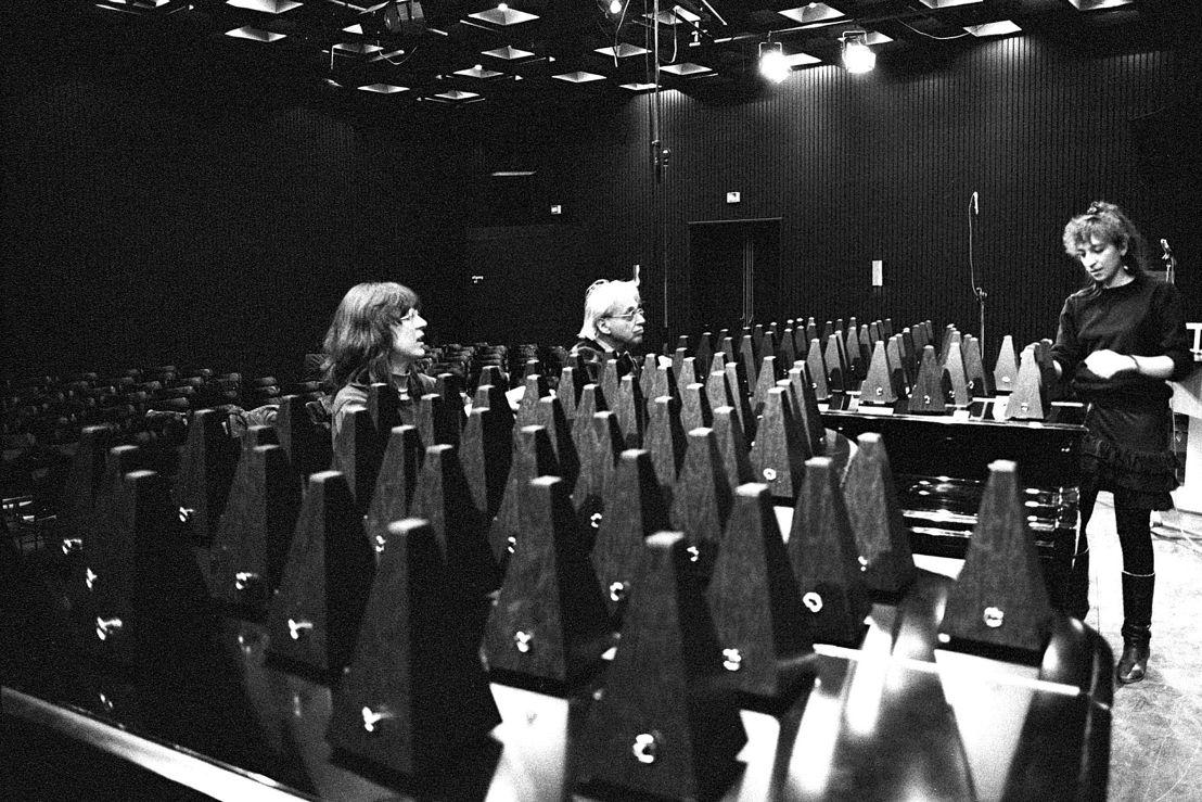 György Ligeti, Calliope Tsoupaki, Louise Duchesneau tijdens voorbereidingen voor Poème Symphonique in 1988 ter gelegenheid van zijn 65ste verjaardag - Stedelijk Museum Amsterdam (c) Co Broerse