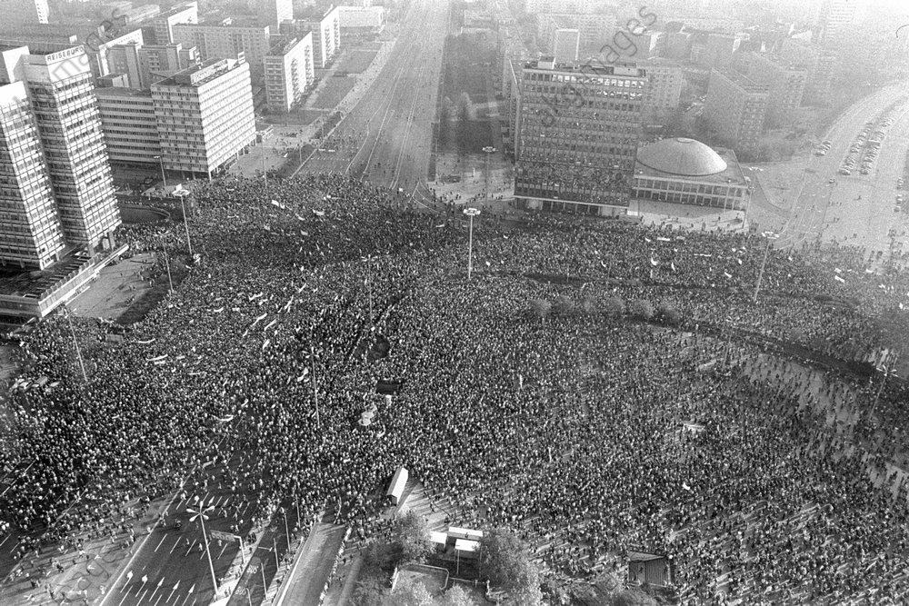 Berlin 4.11.1989: View of a demonstration during a protest at Alexanderplatz / AKG901962